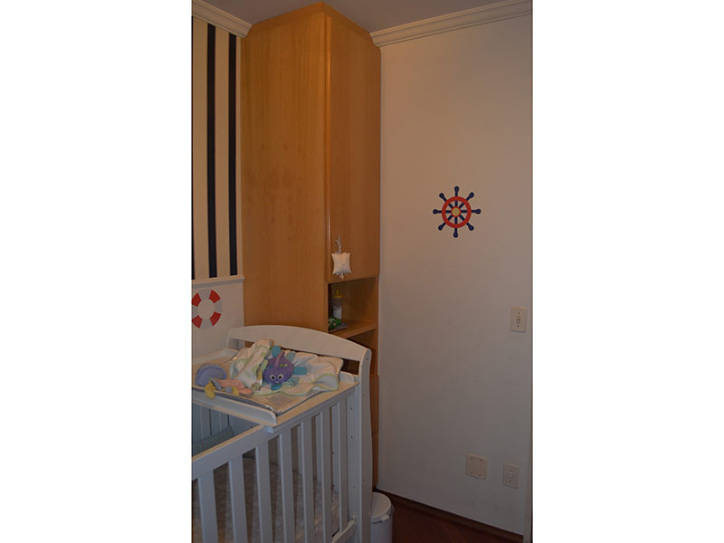 Ipiranga, Apartamento Padrão-3º dormitório com piso laminado, teto com moldura de gesso e armários planejados.