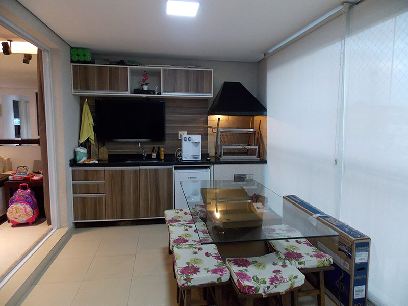 Jabaquara, Apartamento Padrão-Varanda gourmet com piso de cerâmica, teto rebaixado, cortina de vidro, tela de proteção, pia de granito, gabinete, armários planejados e churrasqueira.