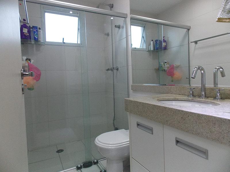 Jabaquara, Apartamento Padrão-Banheiro da suíte com piso de cerâmica, pia de granito, gabinete e box de vidro.