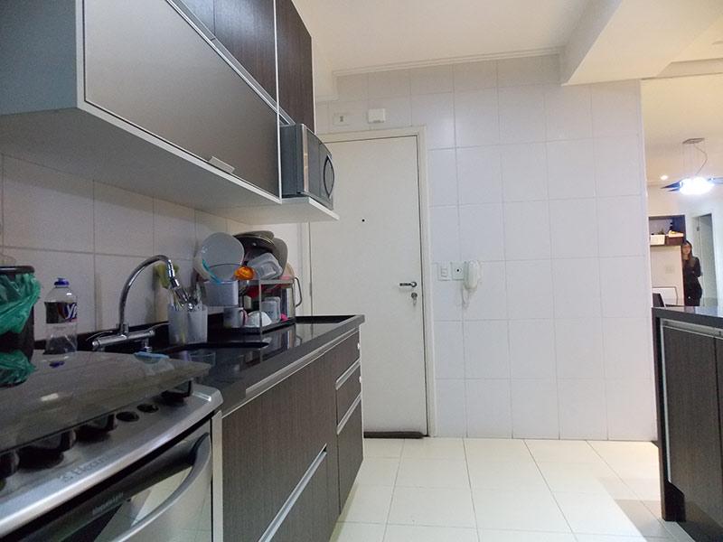 Jabaquara, Apartamento Padrão-Cozinha com piso de cerâmica, pia de granito, gabinete e armários planejados.