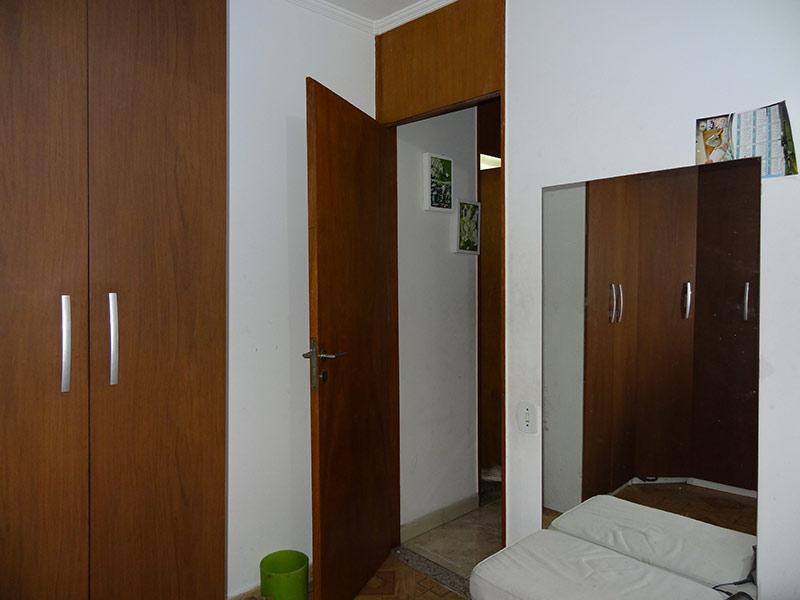 Sacomã, Apartamento Padrão-Dormitório com piso de cerâmica, teto com moldura de gesso e armários planejados.