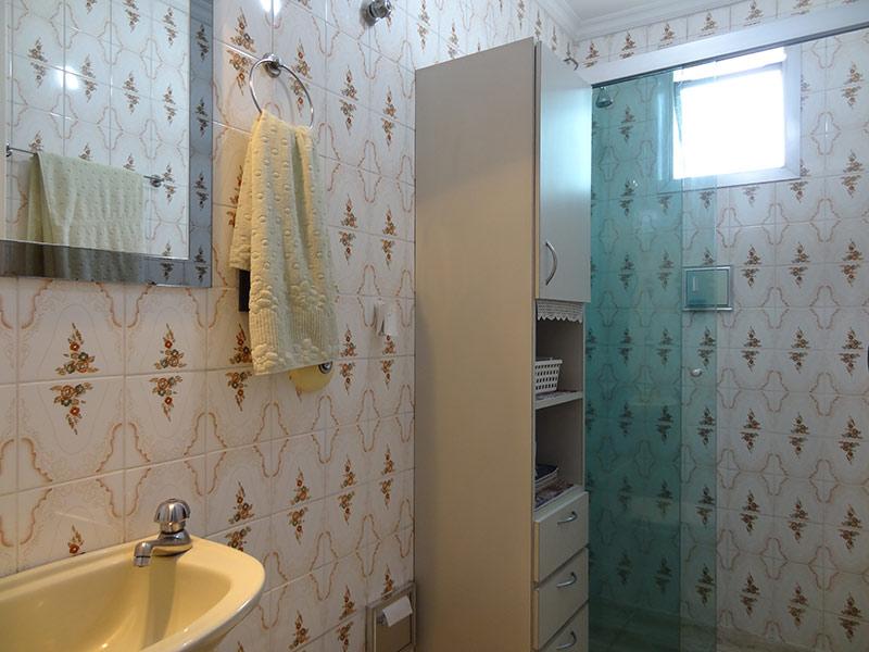 Sacomã, Cobertura Duplex-Banheiro com piso de cerâmica, teto com moldura de gesso, pia de porcelana e box de vidro.