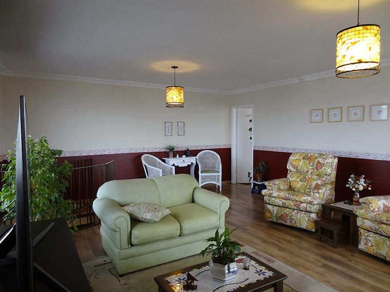 Sacomã, Cobertura Duplex-Sala de estar com piso laminado e teto com moldura de gesso.