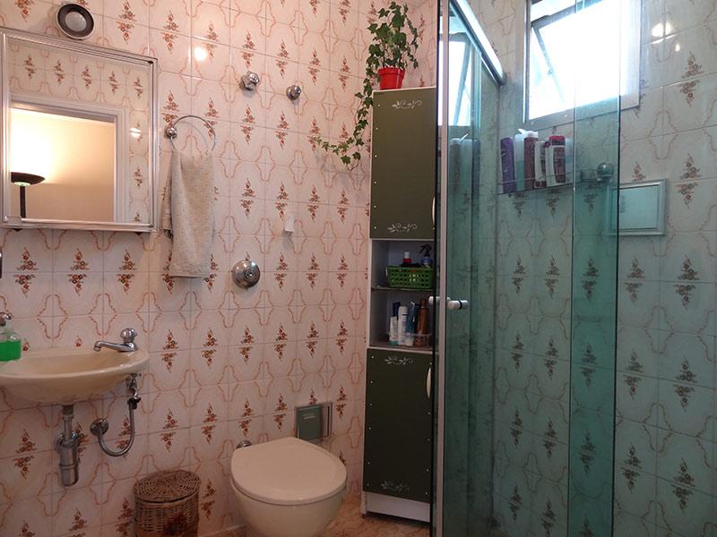 Sacomã, Cobertura Duplex-Banheiro com piso de cerâmica, pia de porcelana e box de vidro.