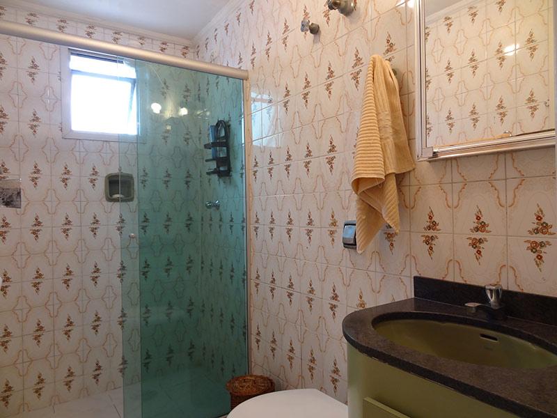 Sacomã, Apartamento Padrão-Banheiro com piso de cerâmica, teto com moldura de gesso, pia de granito, gabinete e box de vidro.