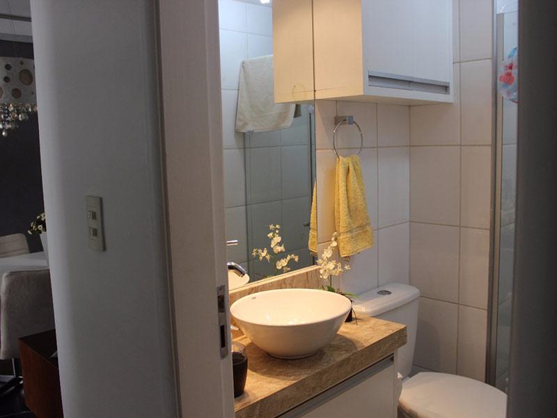 Jabaquara, Apartamento Padrão-Banheiro social com piso de cerâmica, cuba sobreposta, bancada de mármore, gabinete, armários planejados e box de vidro.