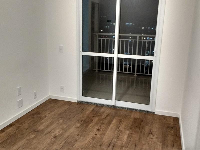 Ipiranga, Studio - Sala com dois ambientes e piso laminado.