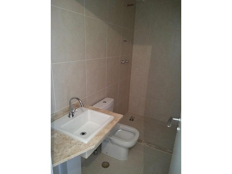 Ipiranga, Apartamento Padrão-Banheiro da suíte com piso de cerâmica e pia de mármore.