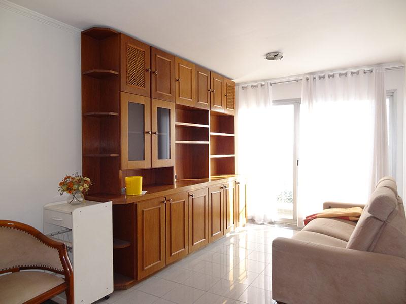 Jabaquara, Apartamento Padrão-Sala com dois ambientes, piso de porcelanato, teto com moldura de gesso e armários planejados.