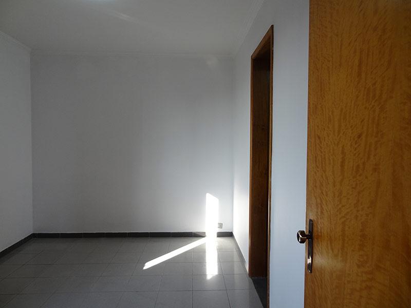 Jabaquara, Apartamento Padrão-Dormitório com piso de porcelanato, teto com moldura de gesso e armários planejados.