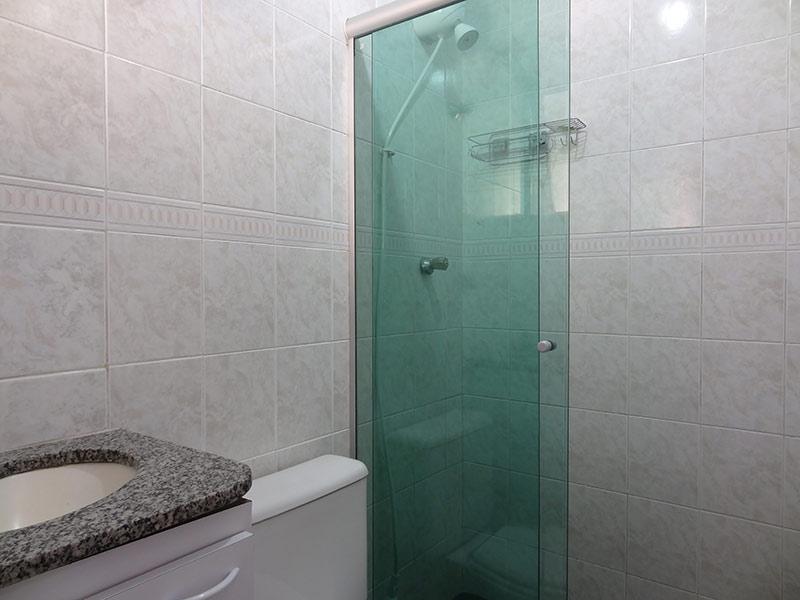 Jabaquara, Apartamento Padrão-Banheiro da suíte com piso de porcelanato, pia de granito, gabinete e box de vidro.