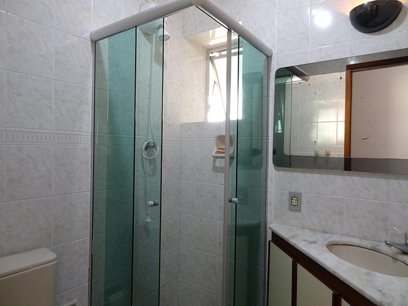 Jabaquara, Apartamento Padrão-Banheiro social com piso porcelanato, pia de mármore, gabinete e box de vidro.