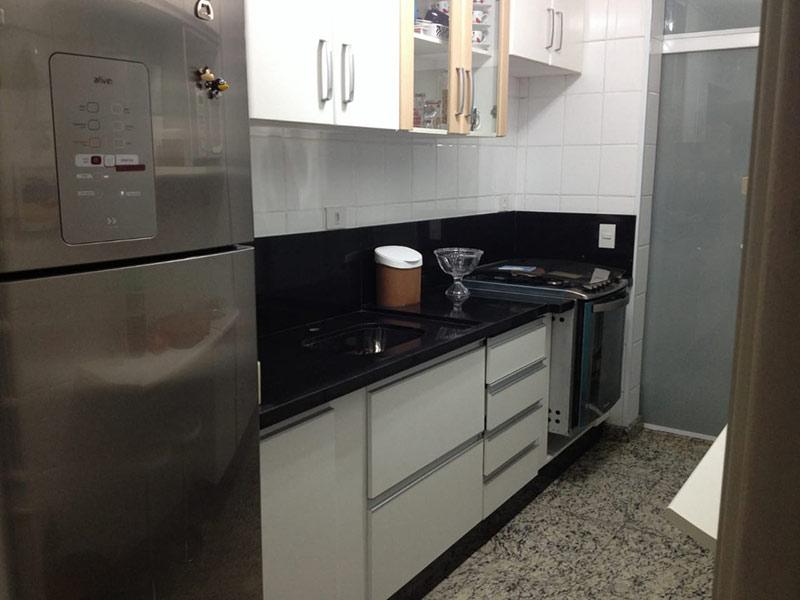 Ipiranga, Apartamento Padrão-Cozinha com piso de granito, pia de granito, gabinete e armários planejados.