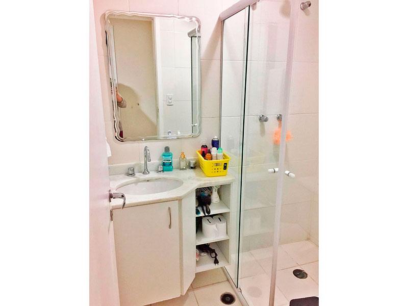 Ipiranga, Apartamento Padrão-Banheiro da suite com piso de cerâmica, gabinete, pia de mármore e box de vidro.