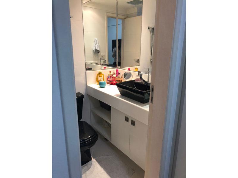 Sacomã, Apartamento Padrão-Banheiro social com piso de porcelanato, cuba sobreposta, gabinete e box de vidro.