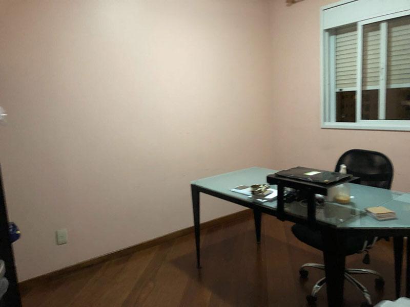 Ipiranga, Apartamento Padrão-Dormitório com piso taco de madeira, teto rebaixado e iluminação embutida.