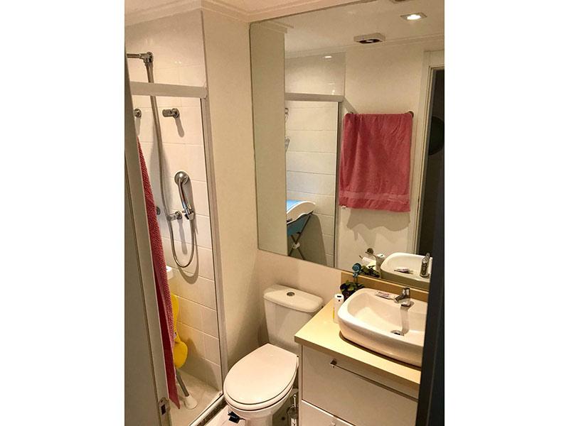 Ipiranga, Apartamento Padrão-Banheiro social com piso de cerâmica, teto com moldura de gesso, cuba sobreposta, bancada de mármore, gabinete e box de vidro.