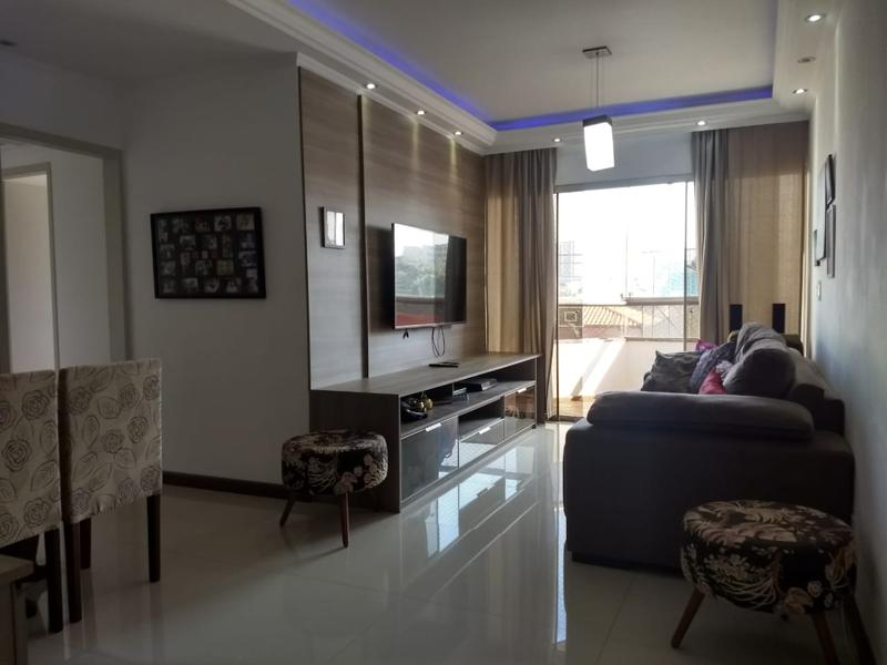Ipiranga, Apartamento Padrão-Sala retangular com piso de porcelanato, teto sanca com moldura de gesso e iluminação embutida.