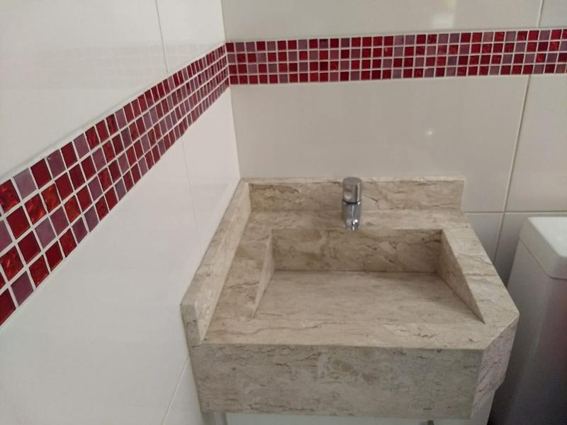 Ipiranga, Apartamento Padrão-Banheiro social com piso de porcelanato e pia de mármore.