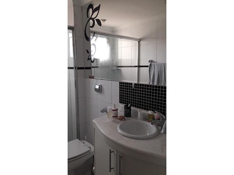 Jabaquara, Apartamento Padrão-Banheiro da suíte com piso de cerâmica, teto com moldura de gesso, pia de mármore, gabinete e box de vidro.