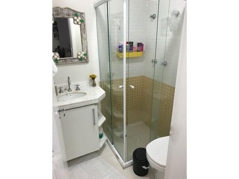 Sacomã, Apartamento Padrão-Banheiro social com piso de porcelanato, pia de mármore, gabinete e box de vidro.
