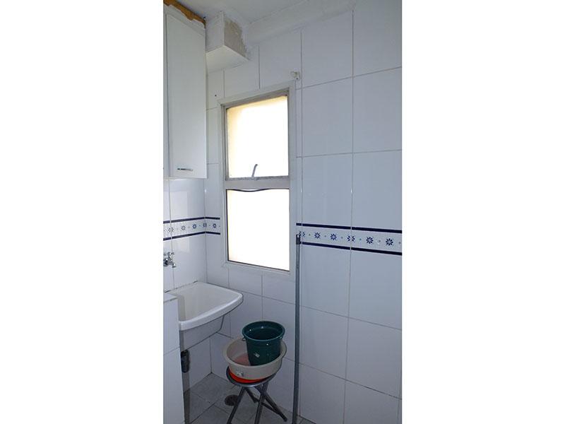 Jabaquara, Apartamento Padrão-Área de serviço com piso de cerâmica, teto com moldura de gesso e pia de porcelana.