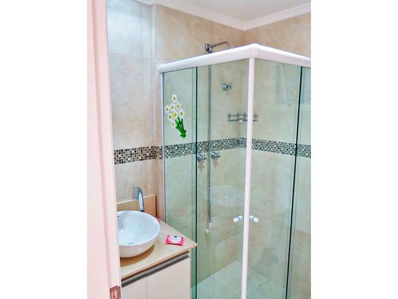 Ipiranga, Apartamento Padrão-Banheiro da suite com piso de cerâmica, teto com moldura de gesso, gabinete, pia sobreposta e box de vidro.