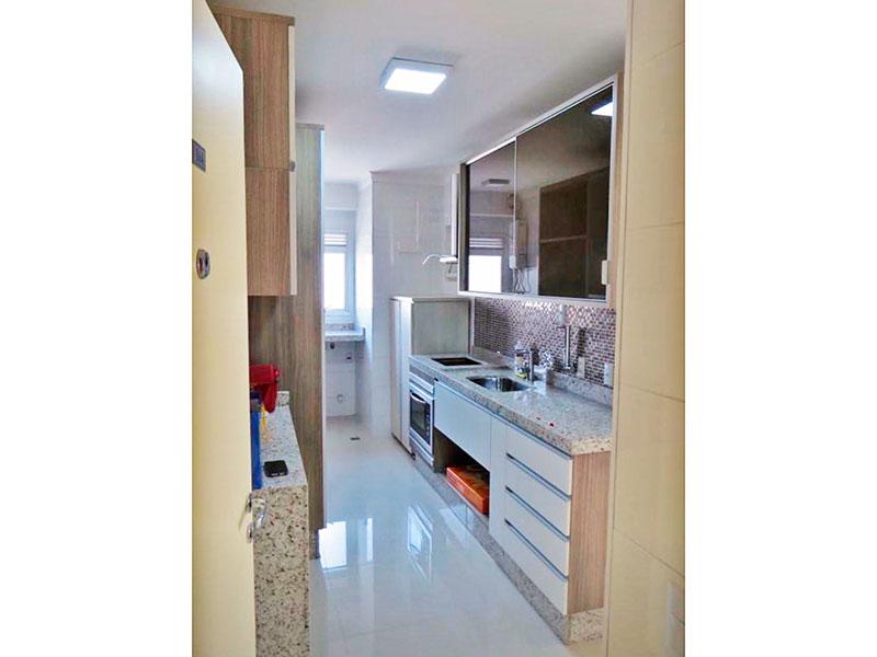 Ipiranga, Apartamento Padrão-Cozinha com piso de porcelanato, teto com moldura de gesso, armários planejados, gabinete e pia de granito.