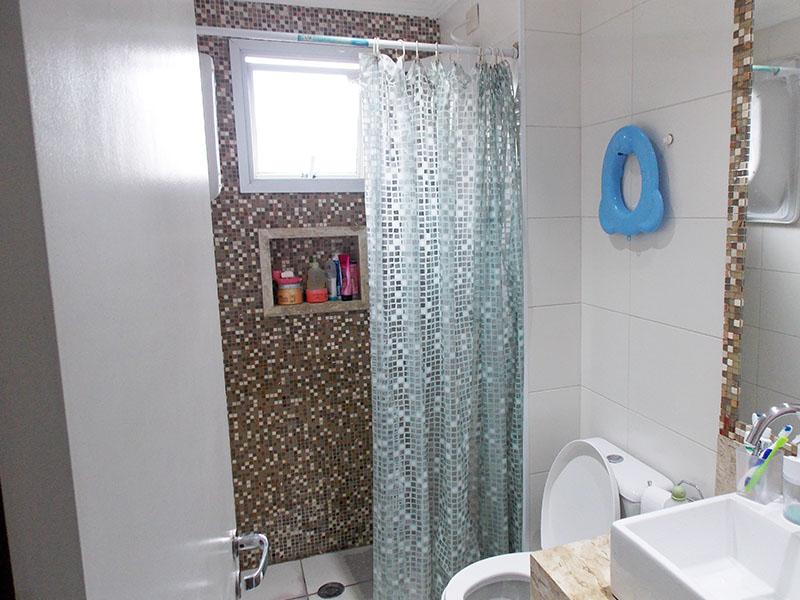 Sacomã, Apartamento Padrão-Banheiro social com piso de cerâmica e bancada de mármore com cuba sobreposta.