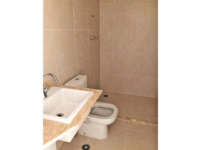 Ipiranga, Apartamento Padrão-Banheiro social com piso de cerâmica e pia com bancada de mármore.
