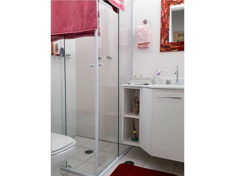 Ipiranga, Apartamento Padrão-Banheiro social com piso de cerâmica, pia com gabinete e box de vidro.