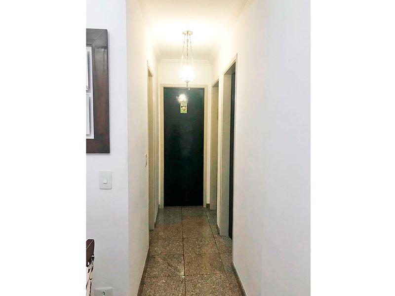 Sacomã, Apartamento Padrão-Corredor com piso de cerâmica e teto com moldura de gesso.