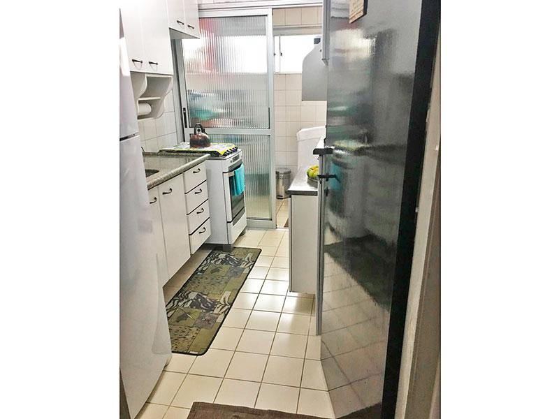 Sacomã, Apartamento Padrão-Cozinha com piso de cerâmica, pia de granito com gabinete, armários planejados e passagem de vidro para área de serviço.