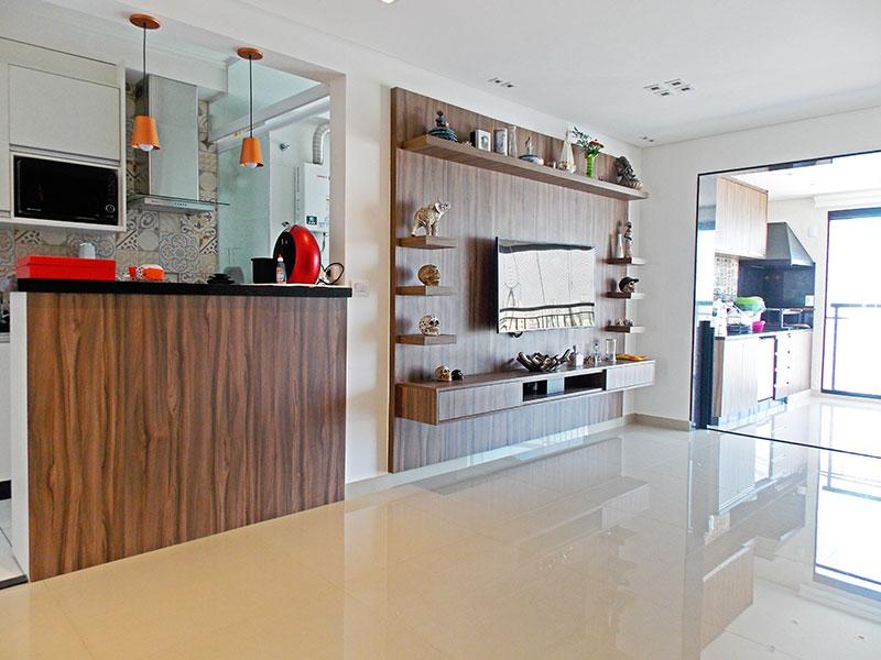 Sacomã, Apartamento Padrão-Sala com piso de porcelanato, armários planejados, iluminação embutida e acesso a varanda gourmet.