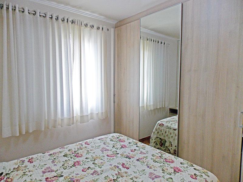 Sacomã, Apartamento Padrão-1º quarto com piso de laminado, teto com moldura de gesso e armários planejados.