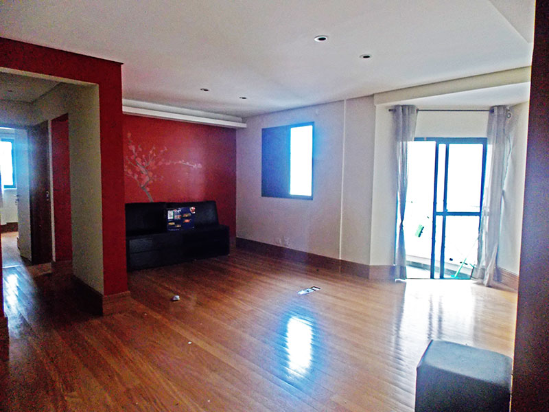 Sacomã, Apartamento Padrão - Sala ampliada com o 3º dormitório, piso de madeira, teto com sanca, iluminação embutida e acesso a sacada.