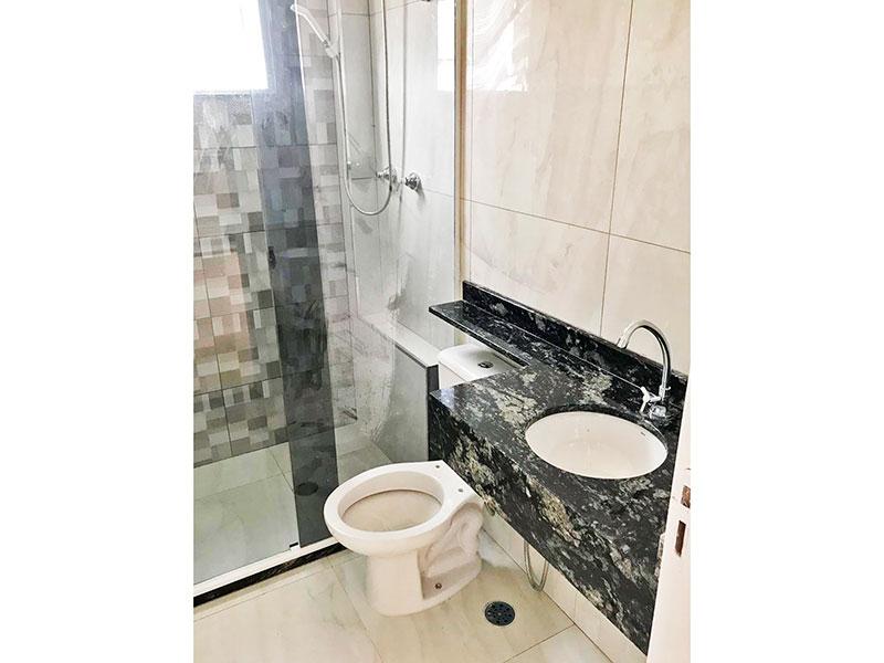 Sacomã, Apartamento Padrão-Banheiro social com piso de porcelanato, teto com moldura de gesso, pia de mármore e box de vidro.