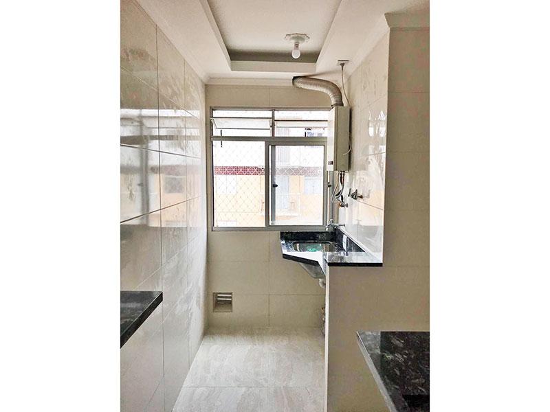 Sacomã, Apartamento Padrão-Cozinha americana com piso de porcelanato, teto com sanca, pia de mármore e acesso a área de serviço.