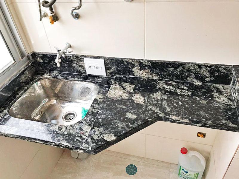 Sacomã, Apartamento Padrão-Área de serviço com piso de porcelanato, pia de mármore e aquecedor de passagem.