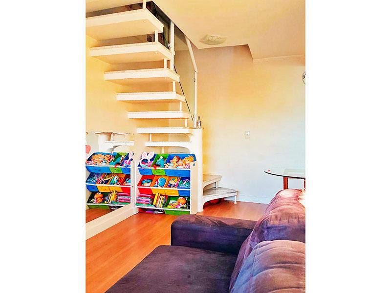 Sacomã, Cobertura Duplex-Sala com piso laminado, teto com moldura de gesso e acesso ao piso superior.