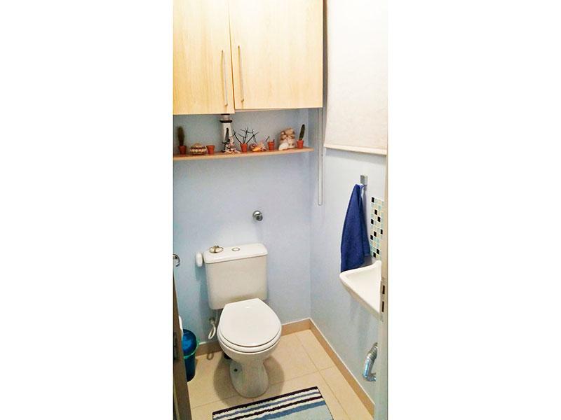 Sacomã, Cobertura Duplex-Lavabo com piso de cerâmica, pia sintética e armários planejados.