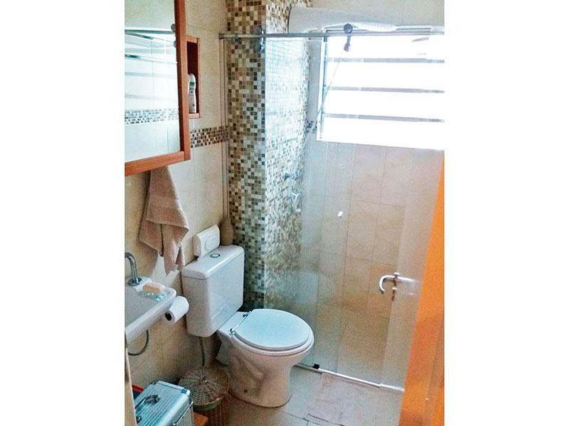Sacomã, Cobertura Duplex-Banheiro social com piso de porcelanato, pia sintética e box de vidro.