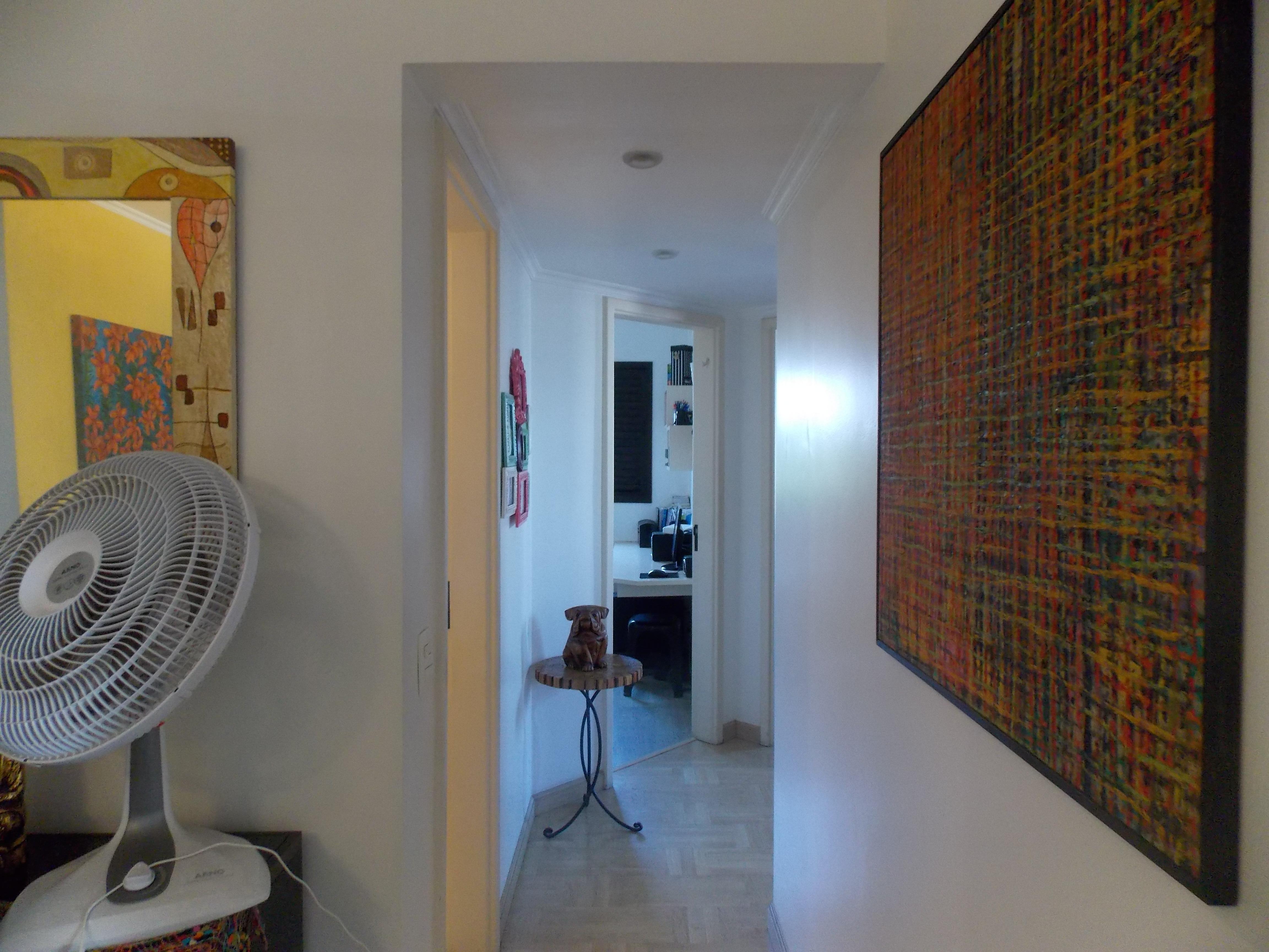 Jabaquara, Apartamento Padrão-Corredor com piso laminado e teto com moldura de gesso.
