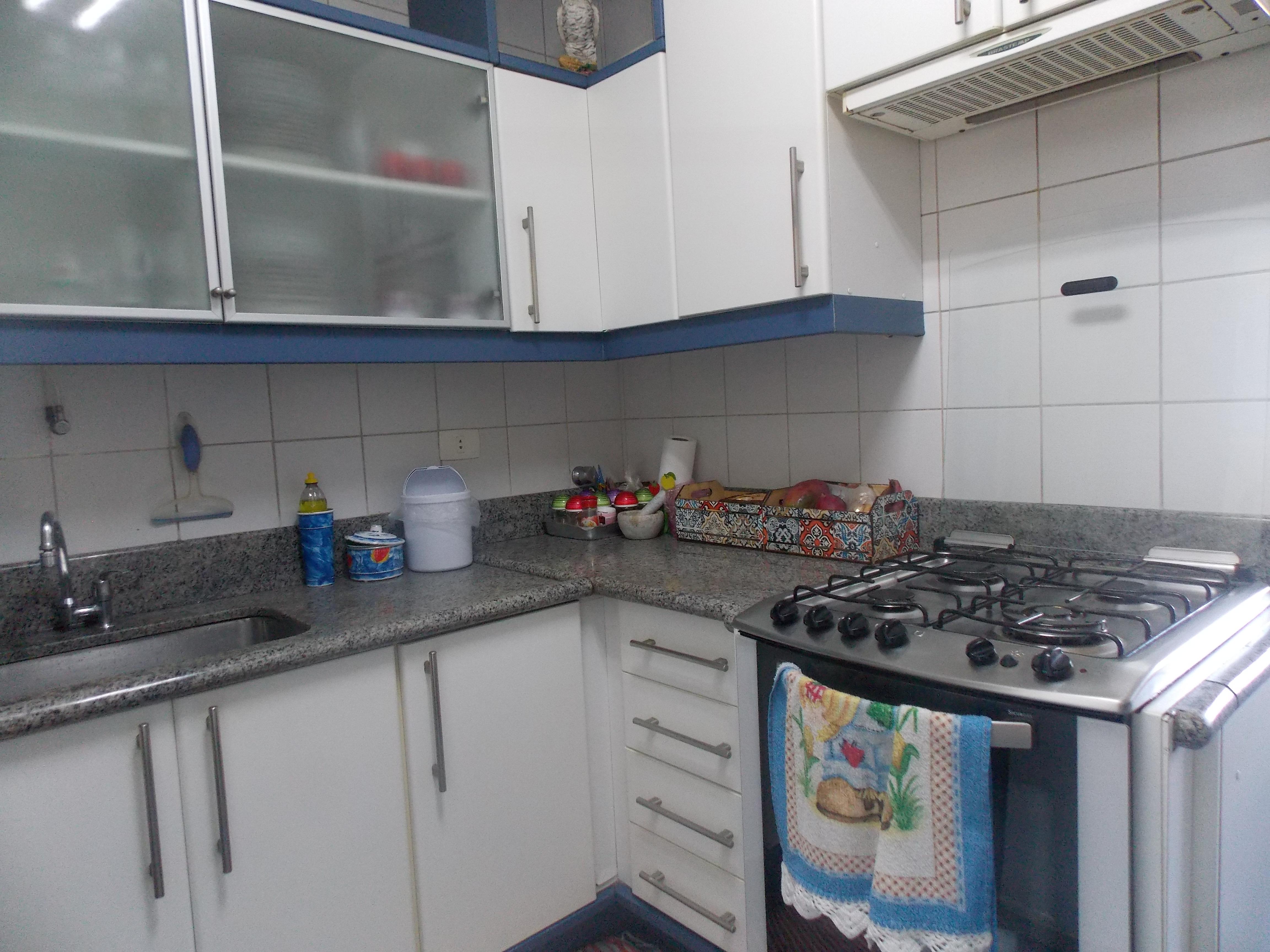 Jabaquara, Apartamento Padrão-Cozinha com piso de porcelanato, teto com moldura de gesso, armários planejados, gabinete, pia de granito e com acesso a área de serviço.