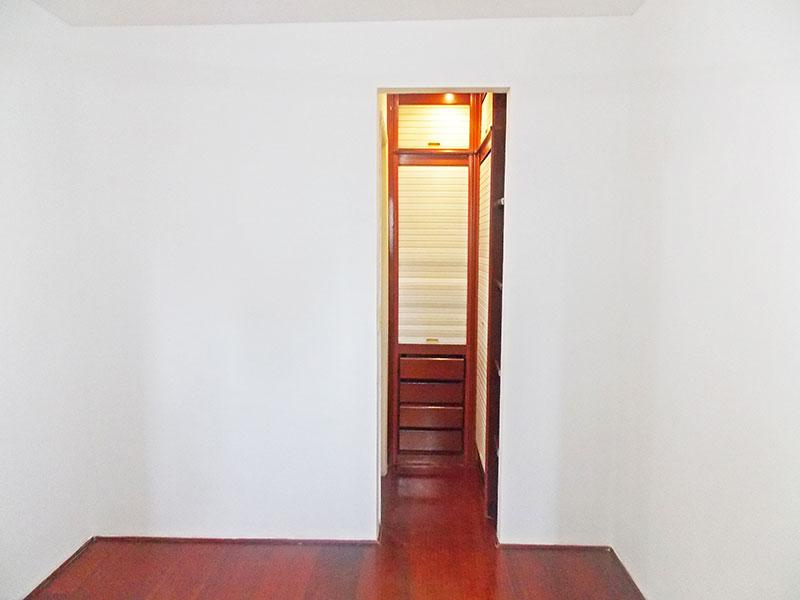 Jabaquara, Apartamento Padrão-1º suite com piso de carpete de madeira  com closet.