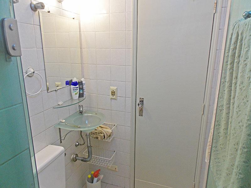 Jabaquara, Apartamento Padrão-Banheiro da suite com piso de cerâmica, pia de vidro e box de vidro.