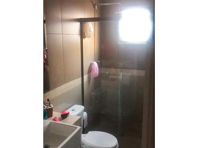 Jabaquara, Apartamento Padrão-Banheiro social com piso de porcelanato, pia sobreposta com box de vidro.