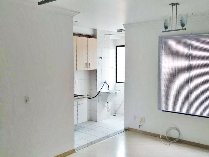 Jabaquara, Apartamento Padrão - Sala com piso laminado, teto com moldura de gesso e integrado com a cozinha.