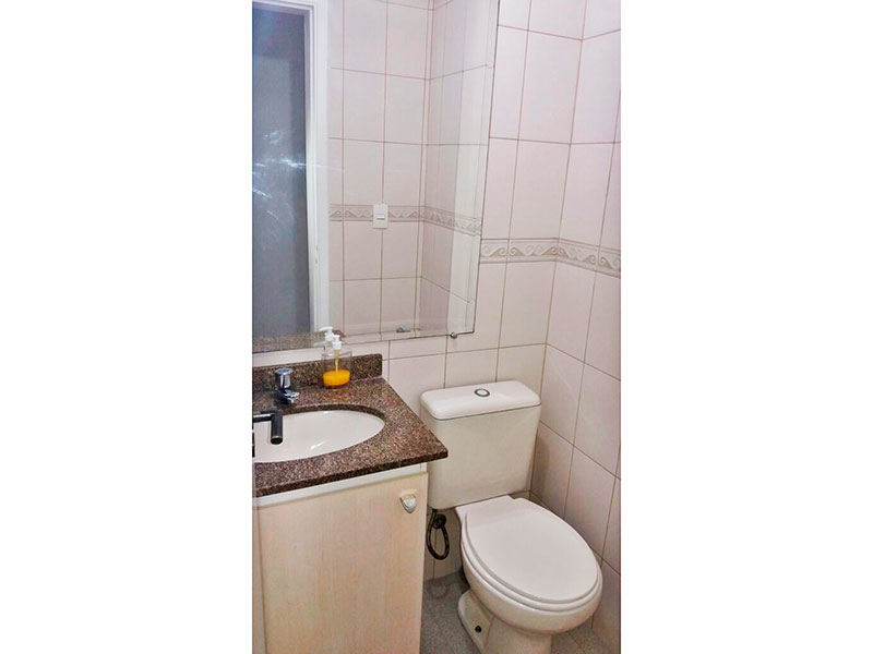 Sacomã, Apartamento Padrão-Banheiro social com piso de cerâmica, gabinete e pia de granito.