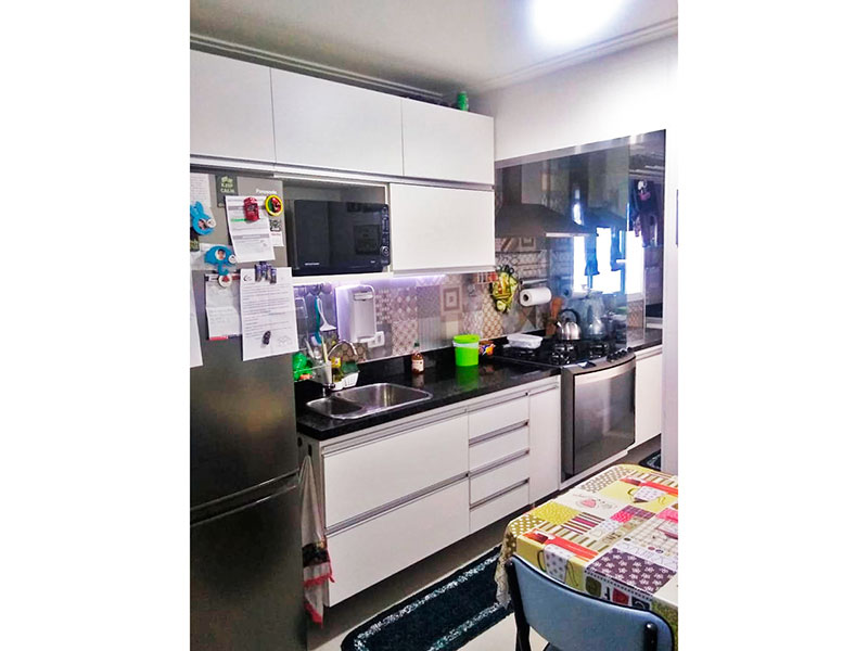 Jabaquara, Apartamento Padrão-Cozinha com piso de porcelanato, teto com moldura de gesso, gabinete, pia de granito e acesso a área de serviço.